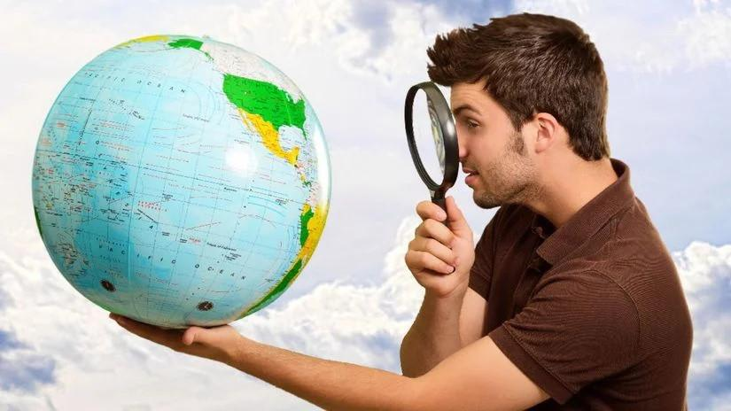 людина з глобусом і з лупою